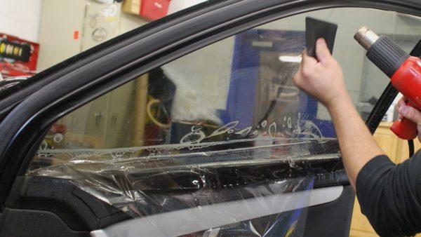 Процесс тонирования стекла автомобиля