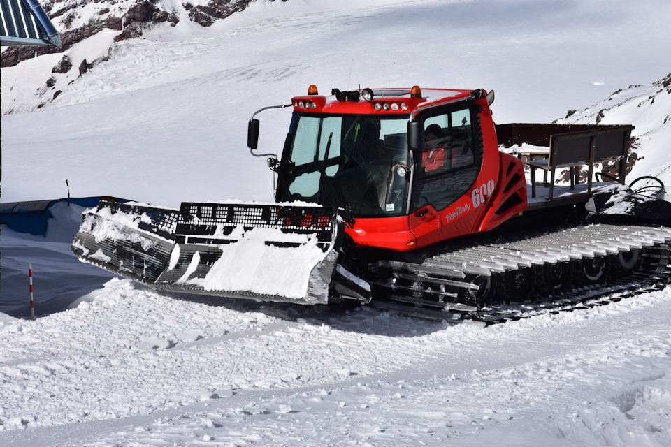 Ратрак для уплотнения снега на гусеничном ходу